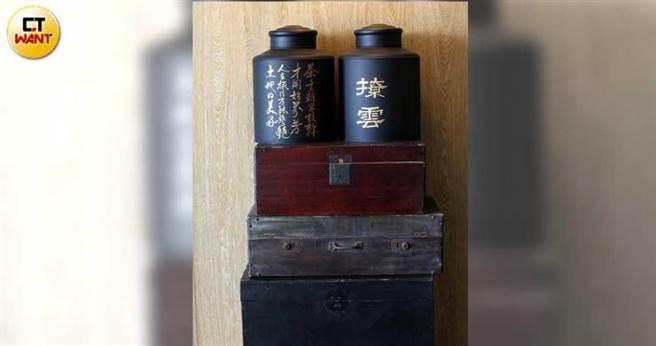 「桃城茶樣子」各層樓電梯旁陳列著茶葉罐和古早味木箱,呼應「茶」的主題。(圖/王永泰攝)