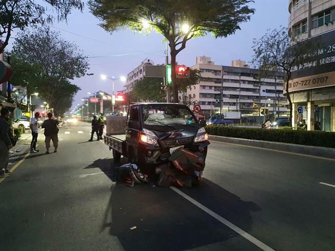 高雄送報生凌晨騎機車逆向 遭送菜小貨車撞飛亡畫面曝光 - 社會