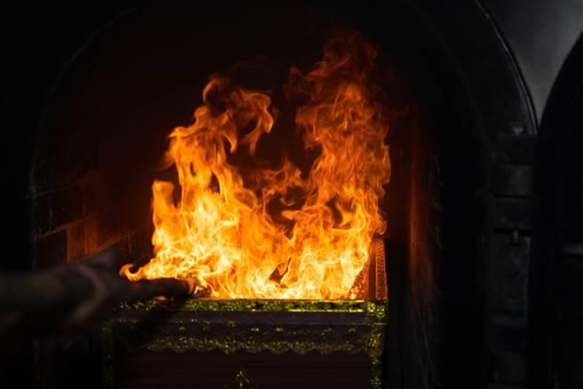奧客百百種,在火葬場工作也有,因為火葬完頭骨超易碎,經常須和家屬解釋,不過,大師兄笑說「至少沒人全身愛馬仕問他有無第二件6折」。(示意圖/shutterstock)