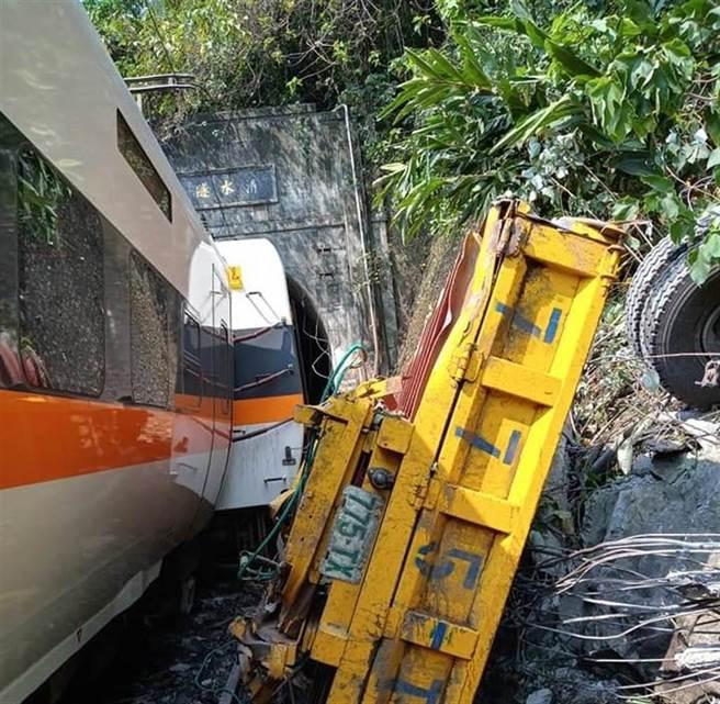 一列太魯閣號列車在清水隧道出軌。(翻攝阿美族的歌臉書)