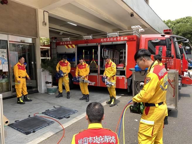 桃市消防局搜救隊人員整備待命。(桃園市消防局提供)