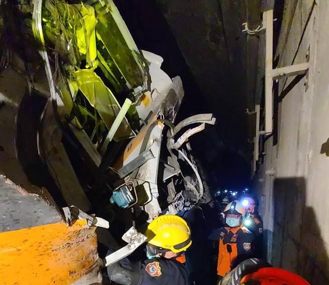 一輛工程車疑似因手煞車未拉,從邊坡滑落至軌道上,導致駕駛完全來不及反應,車頭(第8節)受到重創。(圖/記者爆料網)