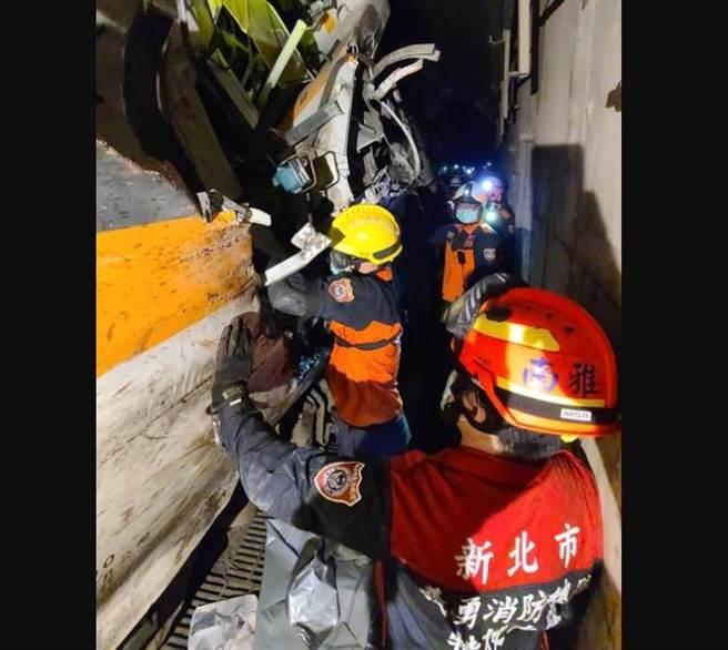 新北市消防局特搜隊於隧道現場破壞車廂,因現場救援空間狹小,難度相當高。(新北市消防局提供)