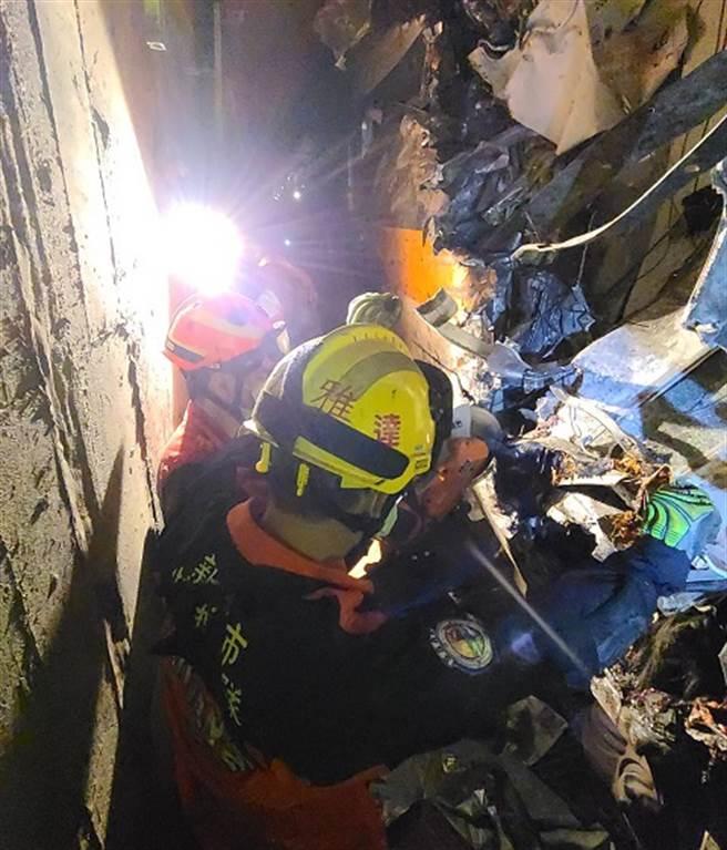 車廂隧道內嚴重變形 電鋸鋸開車廂救援困難(圖/新北消防提供)