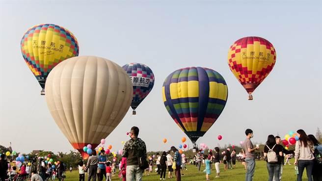 麗寶熱氣球夢想節連假首日開幕,繽紛熱氣球高掛天空,天際線相當壯觀。(王文吉攝)