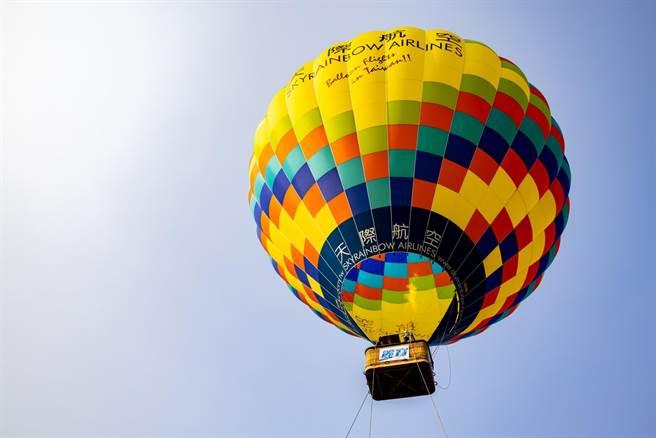 「麗寶熱氣球夢想節」開放繫留升空60公尺,首日上、下午共600名額全被搶光。(王文吉攝)