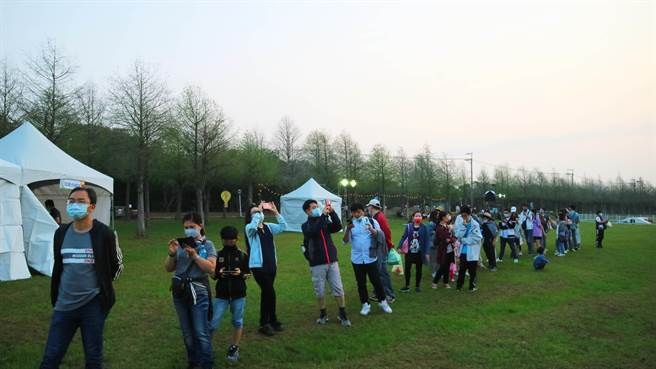 麗寶熱氣球夢想節首日首場,吸引民眾早起排隊等候搭乘。(麗寶樂園渡假區提供/王文吉台中傳真)