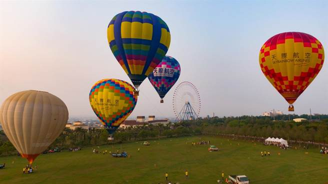 天色未全亮,繽紛熱氣球升空點綴天際線,場面壯觀(麗寶樂園渡假區提供/王文吉台中傳真)