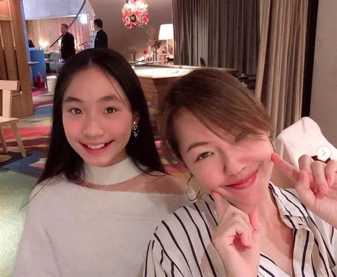 女星小S徐熙娣和二女兒Lily(許韶恩)。(圖/ 摘自許韶恩Lily IG)