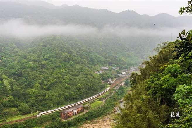 鐵道迷「龍鷹」在408次太魯閣通過候硐時拍下這張照片,未料竟成為該列車最後身影。(圖/龍鷹授權提供)