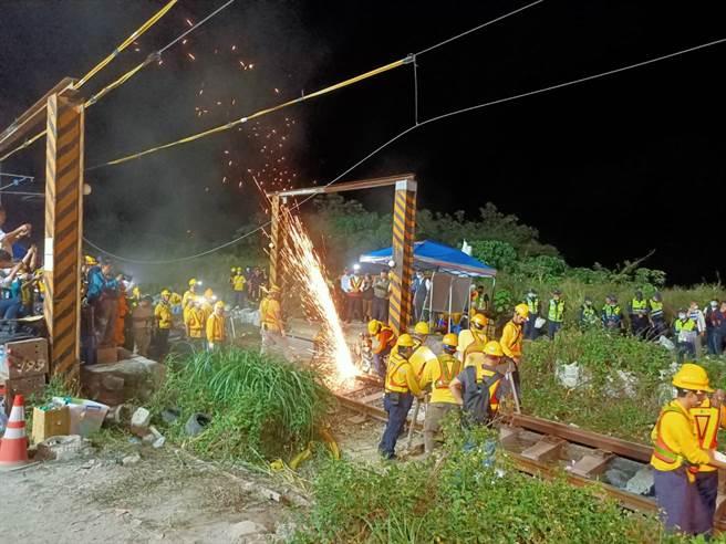 台鐵工程人員於2日晚間全力搶修損壞的枕木及鐵軌,加速搶通。(胡健森攝)