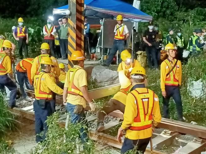 台鐵於2日晚間進行鐵軌搶修。(胡健森攝)