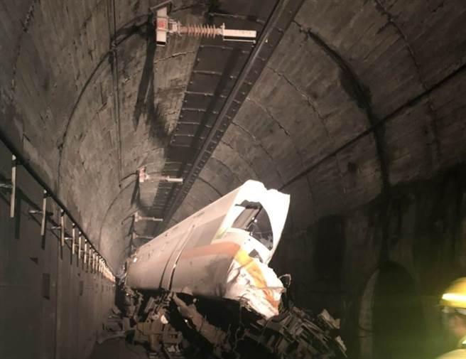 工程車滑落砸中列車害出軌,太魯閣號「像豆腐一樣被切開」。(圖/民眾提供)