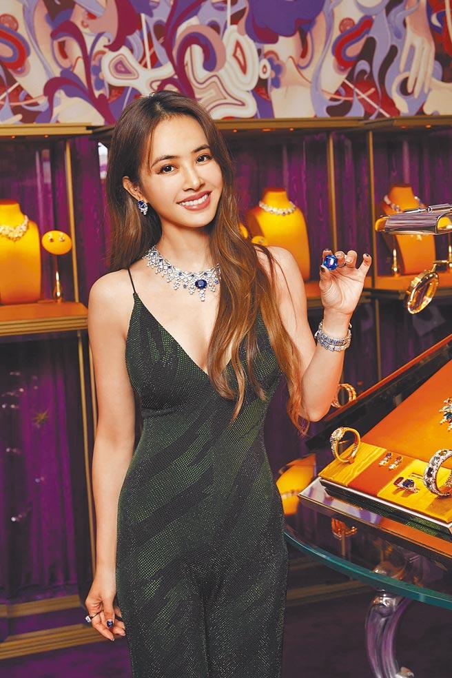 寶格麗代言人蔡依林以巨星架勢完美詮釋珠寶奢華之美,手持一顆92克拉藍寶石,笑得燦爛。(BVLGARI提供)