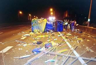 國1岡山段小貨車遭撞 翻滾數圈、車體嚴重變形2人受傷