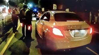 高雄賓士車拒檢 加速衝撞3車後徒步落跑