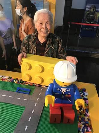 竹市樂高展老少咸宜 92歲嬤想組兒時三合院