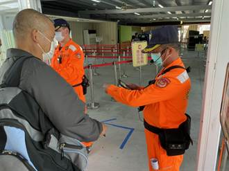 遊客登船前須身分查驗 清明連假海巡人員加派人力提前作業