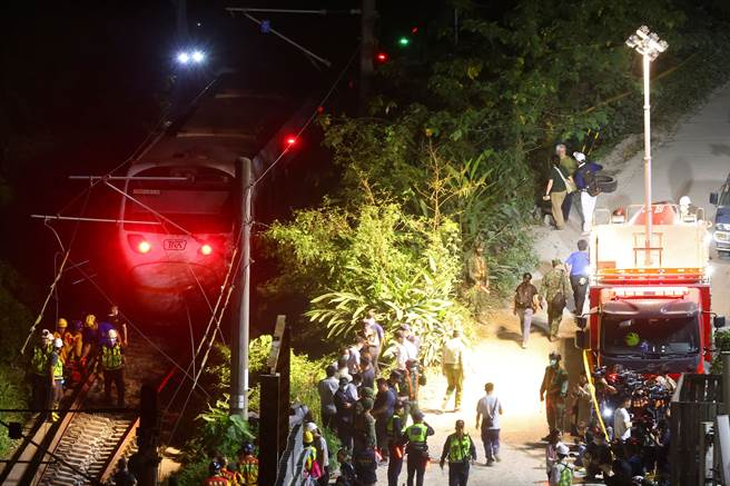 太魯閣408次列車2日發生出軌事故,直至夜間仍持續尋找列車上是否有遺留的罹難者與斷肢。(圖/路透社)