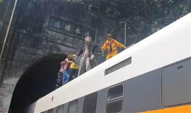 太魯閣408班次於2日上午於大清隧道出軌,意識清楚的乘客沿車頂自行逃生。(圖/中天新聞提供)