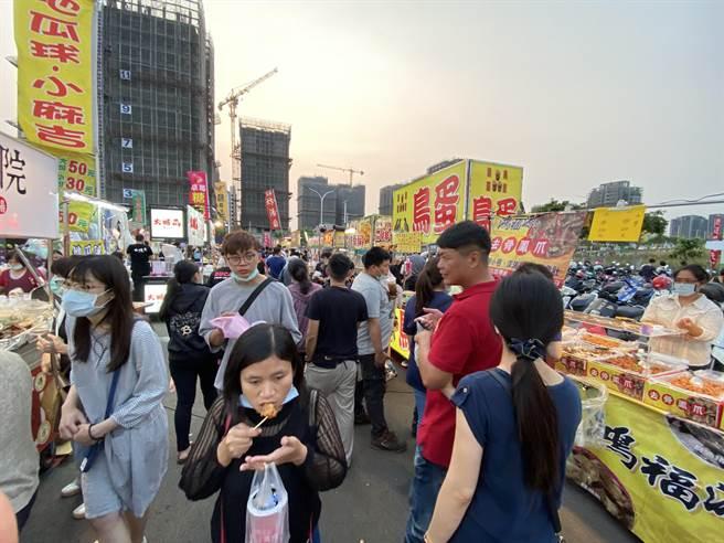 台中市「總站捷運夜市」更名後3日重新開幕,現場人潮擠爆。(馮惠宜攝)