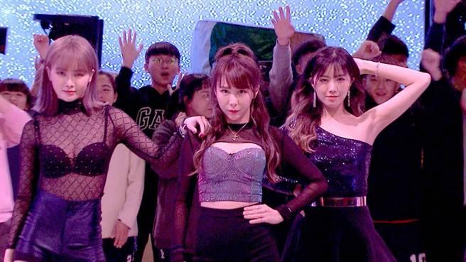 舒子晨(左起)、梓梓、曾甜性感熱舞開場。(民視提供)