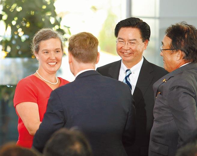 「五眼聯盟」駐台代表今年幾乎都是新官上任。圖為可望接掌AIT新任處長的美國國務院副助卿孫曉雅(左),與外交部長吳釗燮(右二)。(本報資料照片)