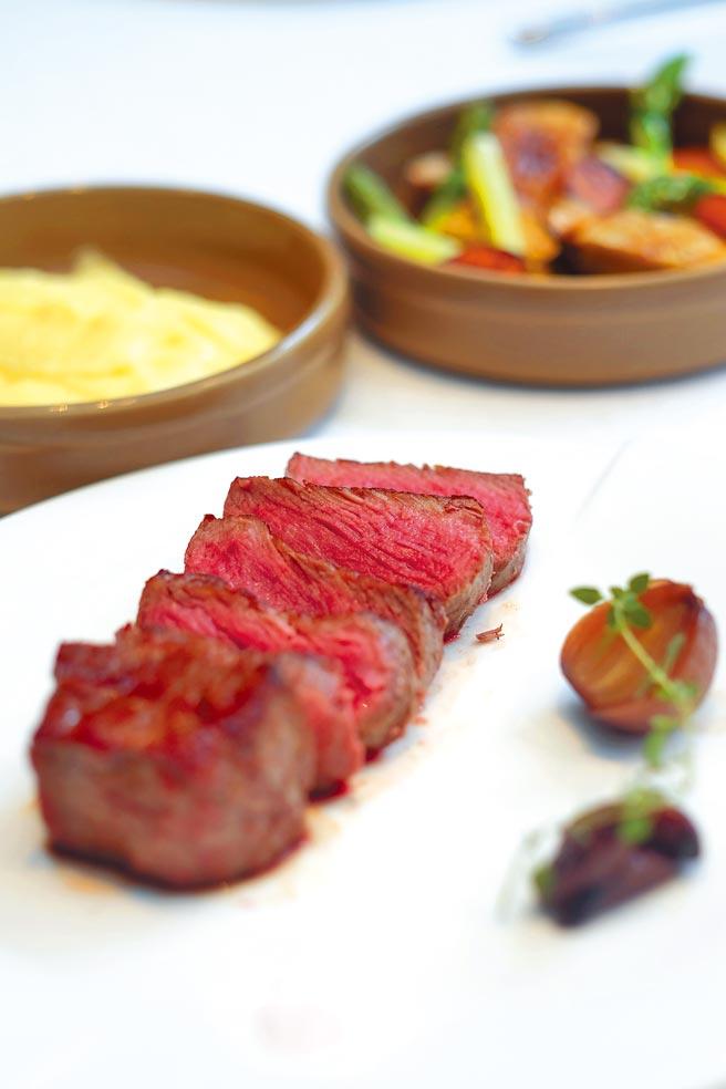 台北花園大酒店PRIME ONE牛排館的炭烤美國肋眼心牛排。(台北花園大酒店提供)