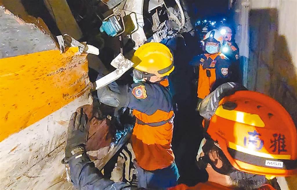 第一時間衝現場搶救的救難人員,事後易罹患創傷後壓力症候群。(翻攝畫面)