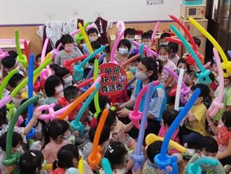 立委费鸿泰现身幼儿园 陪小朋友庆祝儿童节