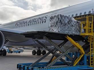 確保12小時低溫 華航護送19.92萬劑AZ抵台