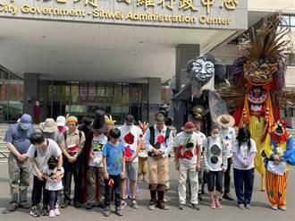 高雄反空汙遊行行前會 群眾為太魯閣號罹難者默哀