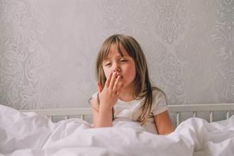 5歲女童台上表演一半秒入睡 同伴湊近觀察滿頭問號