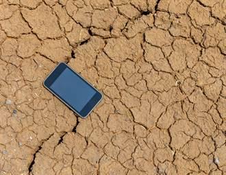 神機掉進日月潭泡水1年 今在乾旱湖底找到:功能全正常