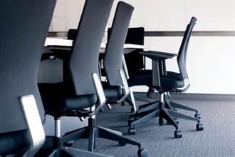 女起身接電話 同事秒抽椅子搶坐慘了 賠25萬