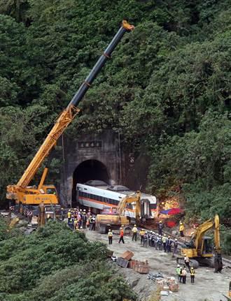 【太魯閣出軌】利用火車和大型機具 第四節車廂順利拉出