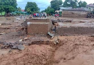 印尼東部暴雨加洪水 山崩土石流造成44死