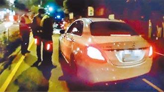 賓士車拒檢衝撞3車 1男1女棄車逃逸
