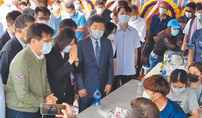 林佳龍(左1)陪同蔡英文總統探視罹難者家屬。(王志偉攝)
