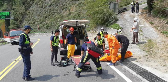 62歲的英國籍男子騎乘單車跌落山谷,目前由救護人員將男子送往國軍花蓮總醫院急救。(花蓮縣消防局提供/王志偉花蓮傳真)