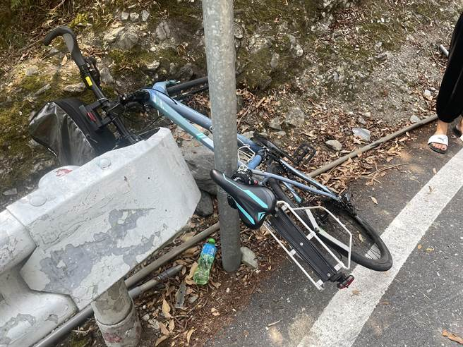 外籍男子騎乘的單車,嚴重變形。(花蓮縣消防局提供/王志偉花蓮傳真)