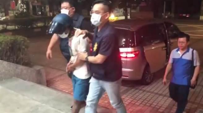 搶奪金項鏈的吳姓男子落網被帶回警局。(翻攝照片/曹明正高雄傳真)