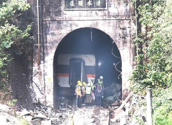 台鐵太魯閣號在花蓮撞工程車出軌意外,4日現場在第三節車廂拖走後,工作人員與鑑識人員再次進入隧道,了解事故原因。(圖/鄭任南攝)