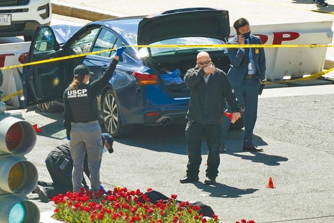 美國25歲非裔男子葛林2日駕車硬闖國會山莊,衝撞參議院前的檢查哨路障與現場執勤的2名員警,造成1死1傷,隨後嫌犯遭警方擊斃。圖為華府警方在事發現場拉起封鎖線進行調查。(美聯社)