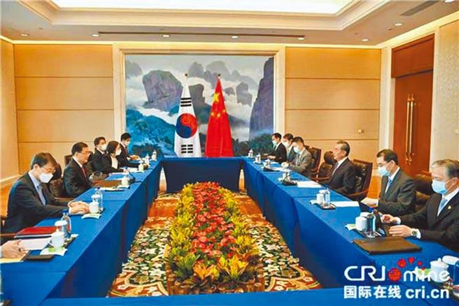4月3日,中國國務委員兼外長王毅在福建廈門同韓國外長鄭義溶舉行會談。(摘自中國外交部)