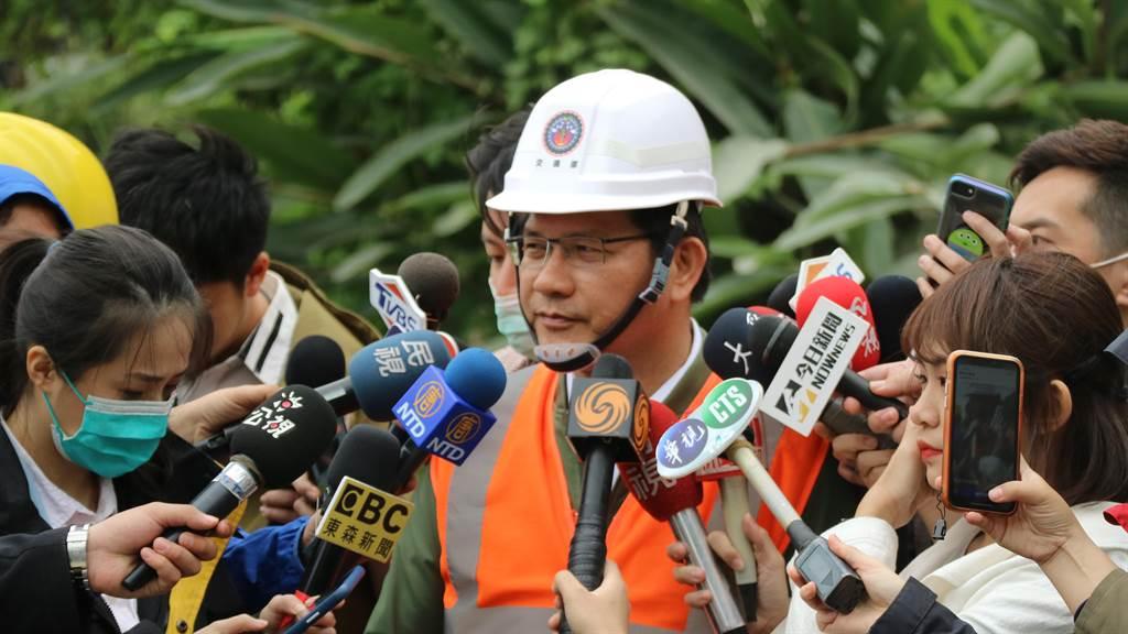 交通部長林佳龍前往事發現場了解搶救狀況時表示,雖已請辭,不過扮演一天交通部長的角色,就會盡全力執行所有工作,再度強調「個人去留不重要」。(資料照/羅亦晽攝)