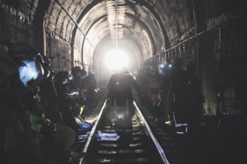 一名救難員在臉書分享事發當天故事,在隧道內有不少受難者的手機響起,更有未接來電高達18通,令他相當鼻酸。(圖/翻攝自救難員臉書)