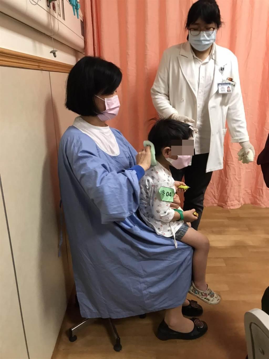 慈濟醫院小兒科醫師朱紹盈安撫著小男童。(慈濟醫院提供/王志偉花蓮傳真)
