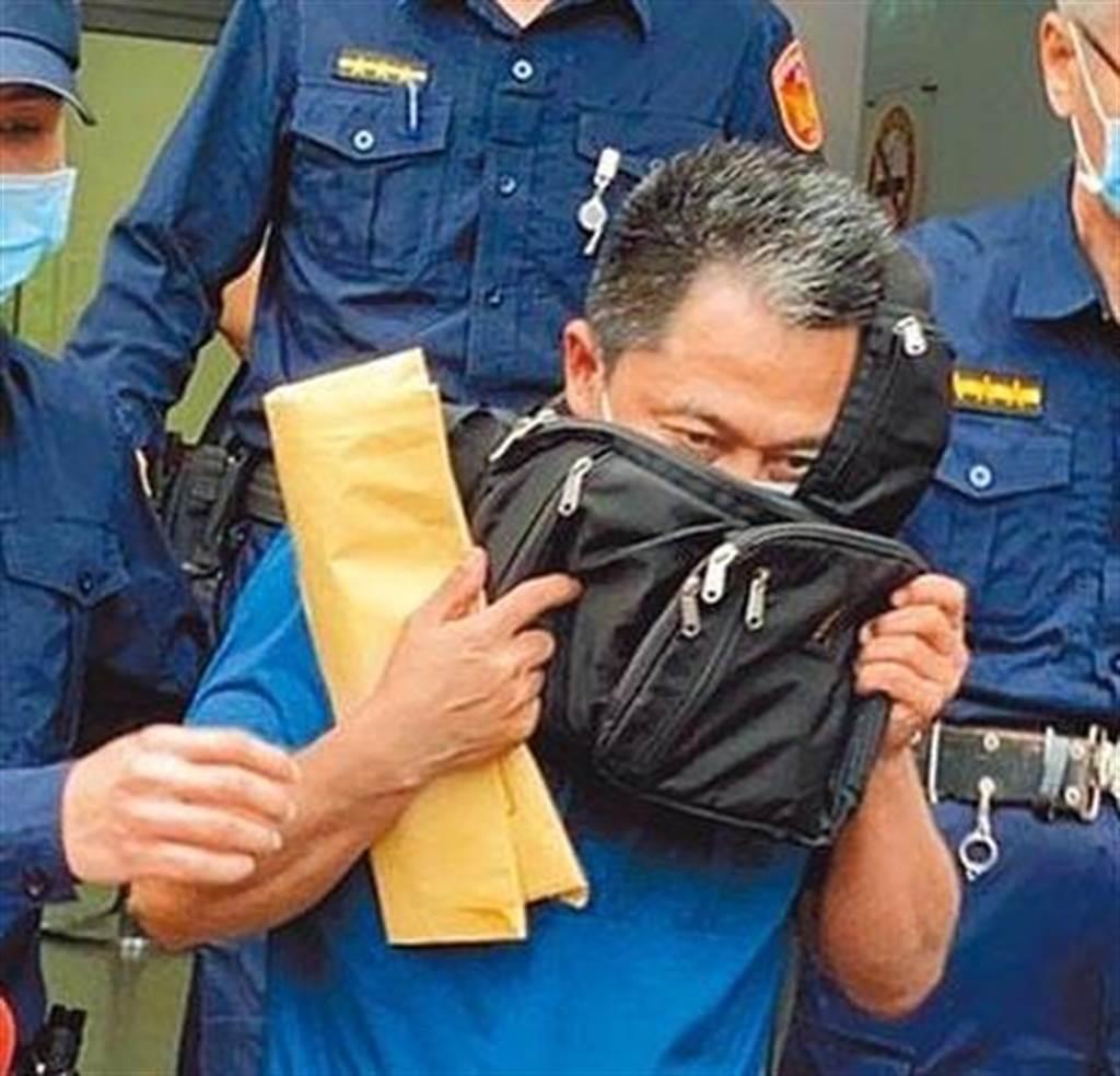 李義祥3日以50萬元交保後,快速走出地院,且用包包遮著半張臉,面對記者詢問,全程不發一語。但交保隨即被撤銷,法院4日改裁定羈押禁見。(圖/羅亦晽攝)