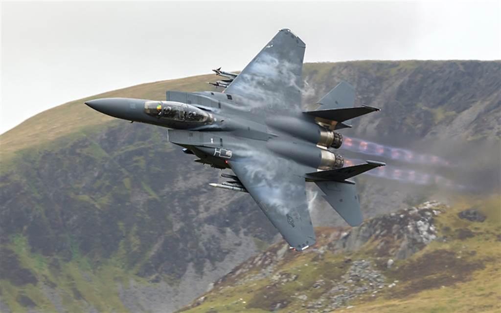 F-15戰機的推力重量比超過1,具有極佳的飛行性能。(圖/美國空軍)